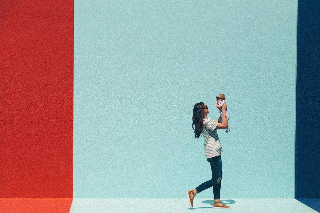 抱っこで赤ちゃんと一緒にいるお母さん