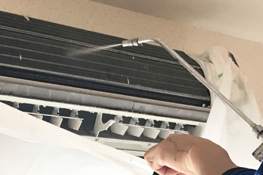 専用機材でエアコンを洗浄している光景