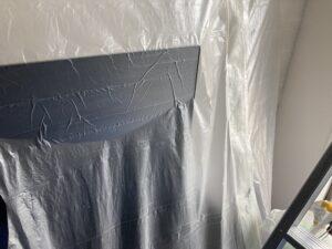 洗浄作業に備えて、 当該エアコンのフィルターや外装パネル、 ルーバーなどの部材を取り外ます。